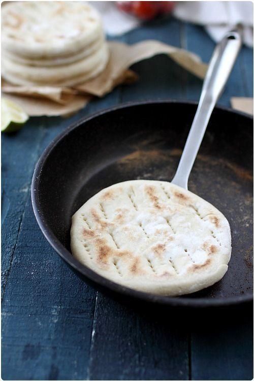 Pain suédois ! Idéal pour les sandwiches. Les pains polaires nous viennent de Suède. C'est un pain plat, cuit à la poêle que l'on utilise par deux pour en faire des sandwichs. Avec des crudités, une sauce fromage blanc et du saumon fumé, c'est absolument délicieux !: