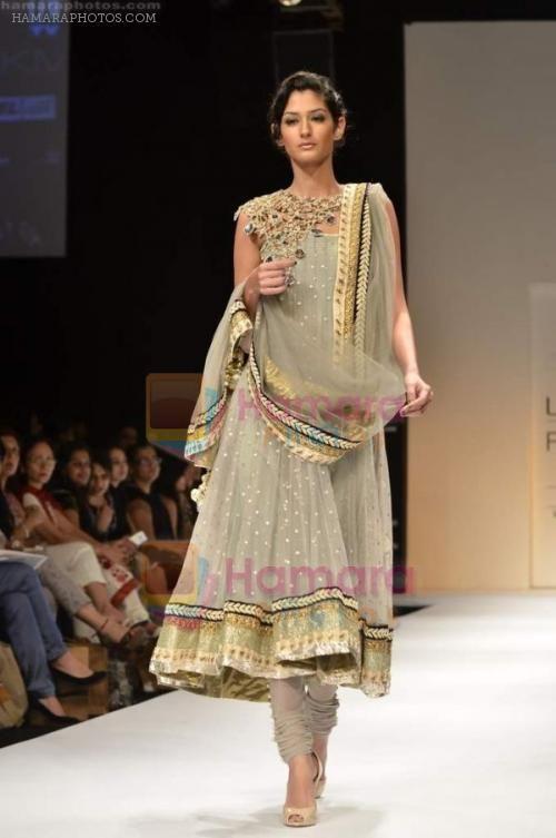 hpse_normal__1843105378_Model walks the ramp for Payal Singhal Show at Lakme Fashion Week 2011 Day 1 in Grand Hyatt, Mumbai on 17th Aug 2011 (21).JPG (500×753)
