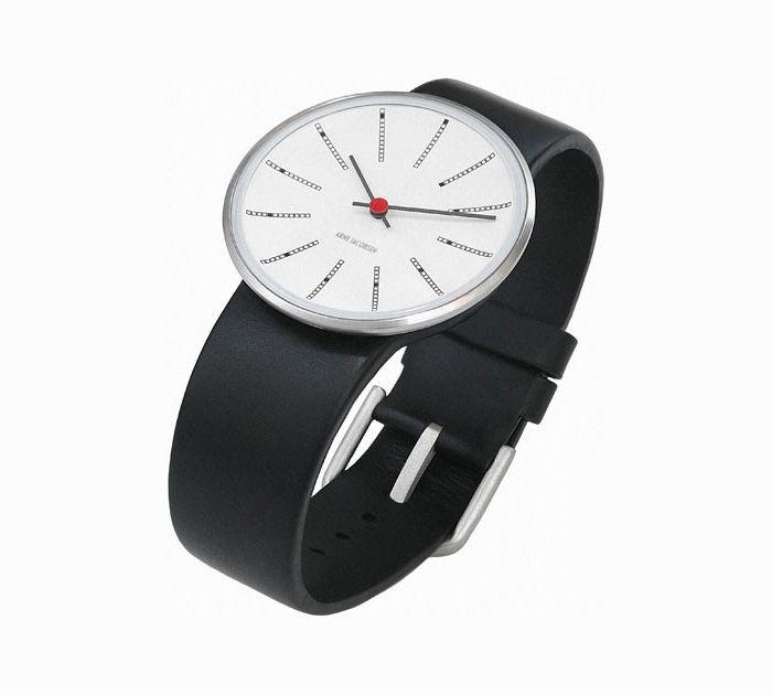 """Armbåndsuret ved navn """"Bankers"""" af Arne Jacobsen. Med sort rem og hvid urskrive i fedt design, hvor timeangivelsen er lavet med en anderledes indikator!"""