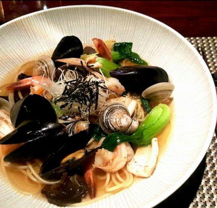 가쓰오 다시로 맛을 낸 일본풍 해산물 파스타 Japanese Style Pasta with Seafood - 가쯔오 다시와 페퍼로치니로 맛을 낸 육수에 각종 해산물을 곁들인 일본풍 봉골레