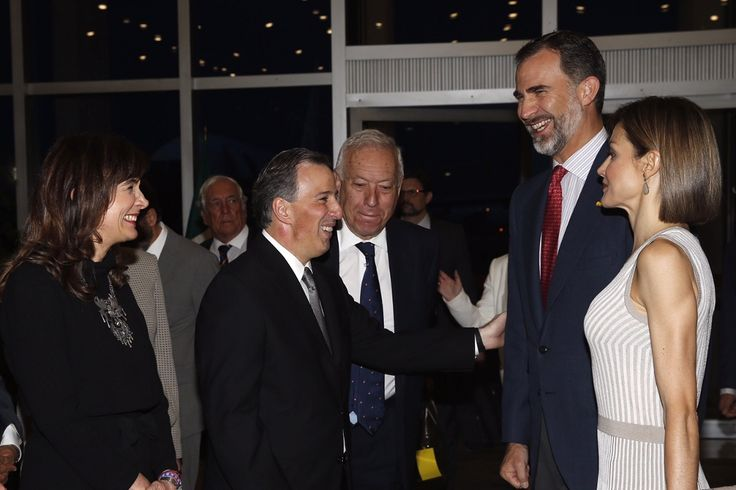 Sus Majestades los Reyes junto al ministro de Asuntos Exteriores y de Cooperación, conversan con el secretario de Relaciones Exteriores de los Estados Unidos Mexicanos y su esposa, a su llegada a Ciudad de México Ciudad de México, 28.06.2015