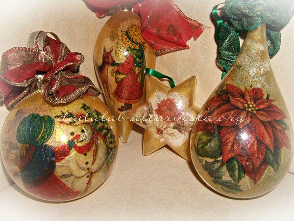 Siamo vicini al Natale ed ecco un lavoretto facile e simpatico, queste palle natalizie (ma anche stelle, gocce o altre forme) sono molto carine e perfette per un presente senza impegno, non troppo costoso e fatto da noi! E voi avete realizzato qualcosa per i regali di Natale?