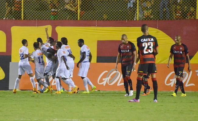 Com gol de Dedé, Cruzeiro supera o Vitória