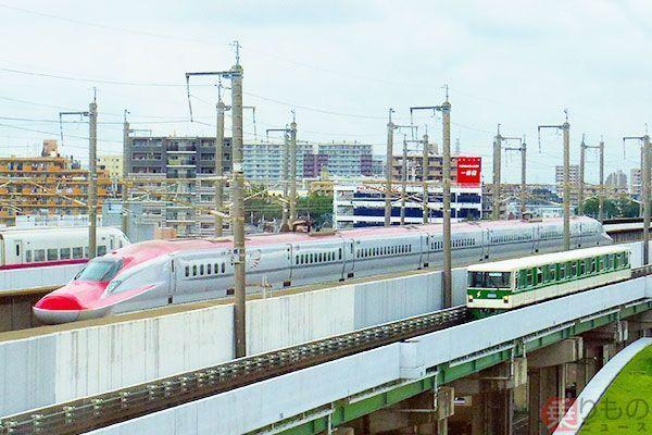 秋田新幹線「こまち」の最高速度は320km/h。しかし在来線区間では線路設備の関係で130km/hまでしか出せない(児山 計撮影)。 171225 chigai 03