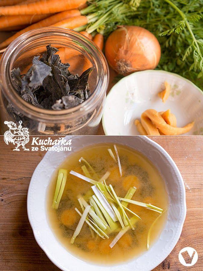 Vyzkoušejte tuhle výtečnou tradiční japonskou polévku. Chutná i jako první denní jídlo, tedy snídaně  Asi 20 cm dlouhý kousek řasy wakame v...