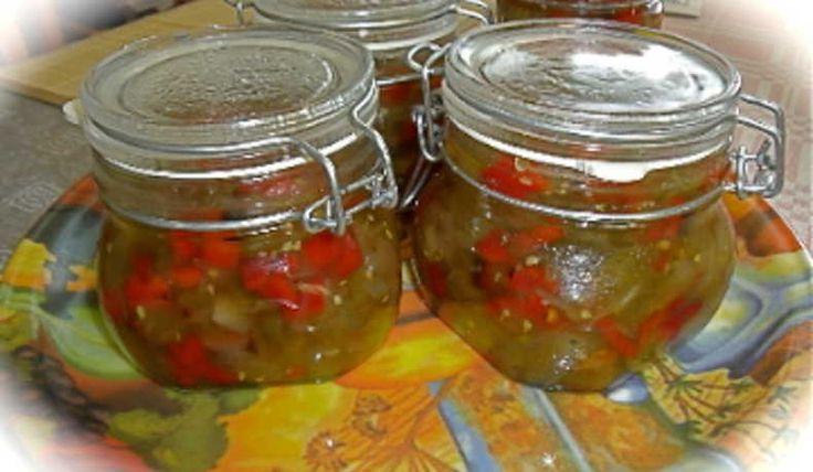 Gröna tomater med lök, påminner lite om min svärmors inkokta gröna hela tomater. Lägg en sked på den grillade korven eller använd det som ett tillbehör till söndagssteken. På en smörgås med leverpastej i stället för gurka blir också mycket gott.