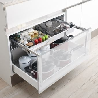 シンク下の深い引き出し空間を2段に分けられる幅伸縮ラック。システムキッチンの引き出しに合わせてぴったり設置できて、奥にスライドできる棚付きだから収納物が重ならず出し入れスムーズ。