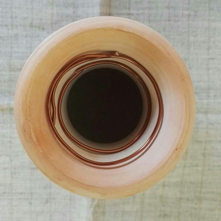 Керамическая ваза из белой глиной перед обжигом на костре