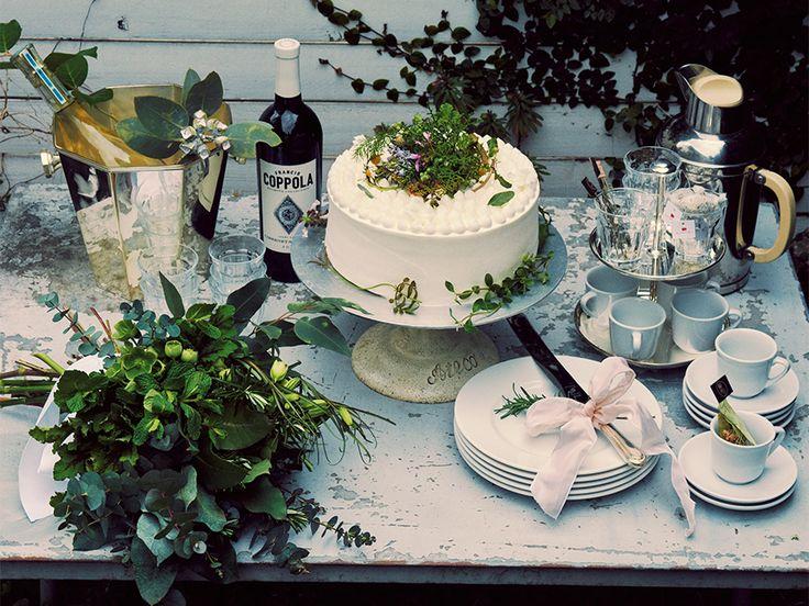 ボタニカルウェディングならではの、テーブルコーディネートやケーキのアイデアをご紹介。美しいメニューペーパーは、そのままプレースマットに。ハーブをあしらったブーケやウェディングケーキに癒されそう。