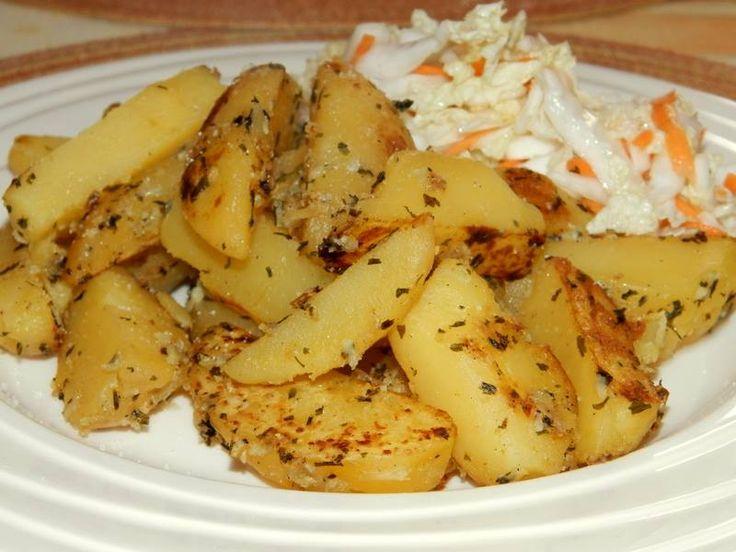 Kytičkový den - Opečené brambory s česnekem a bylinkami. brambory uvaříme ve slupce ,pak je oloupeme a nakrájíme na měsíčky,dáme na pánev s minimálním množství oleje ,osolíme ,opepříme, přidáme prolisovaný česnek a bylinky .Opečeme .