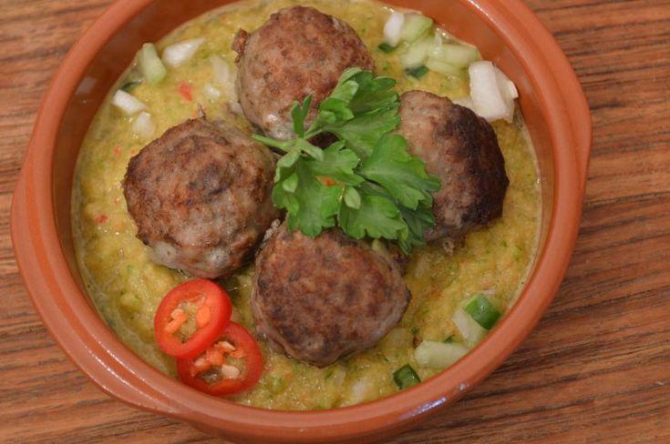 """Albondigas, gehaktballetjes in een pittige saus In Spanje noemen ze de bij ons bekende gehaktbal een albondigas, een naam die uit het Arabisch zou zijn afgeleid. Het Arabische woord """"Al"""