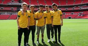 One direction com a camiseta do Brasil.