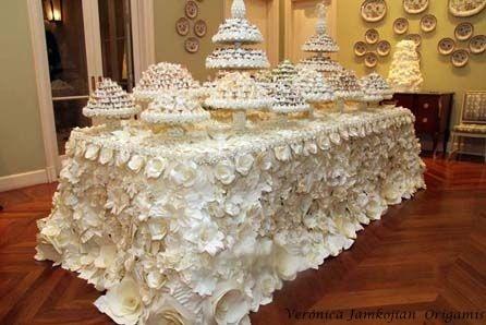 Toalha de flores em origami para mesa de doces de casamento .  Inspirada em um desfile da Maison Chanel .