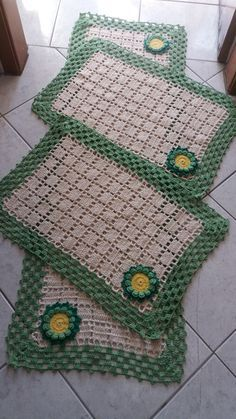 Jogo de cozinha em croche 3 peças (pronta entrega )  Faço em outras cores também  Tapete da pia 1,42×48  Tapete da geladeira 71×48  Tapete do fogão 71×48  Dúvidas. Clik em CONTATAR VENDEDOR