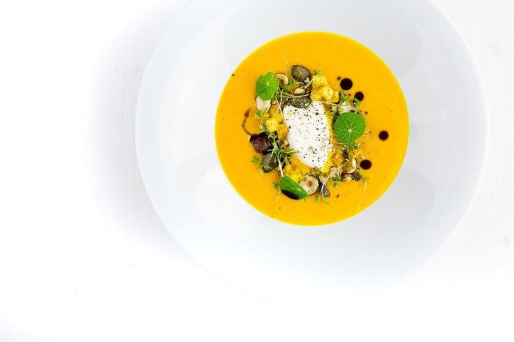 Frischer Sommerfisch: Zanderfilet mit Süßkartoffeln, geschmorten Tomaten und einer leichten, frischen Zitronen-Piment-Butter. Dazu frische Minze und Koriander.