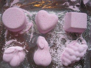 Not bad! Fizzy Bath Bombs | Quick, easy, fun to do! http://www.goadventuremom.com/2010/03/fizzy-bath-bombs/