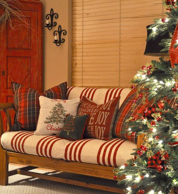 ❤ I know this is indoors, but would look amazing out on the porch for the holidays!