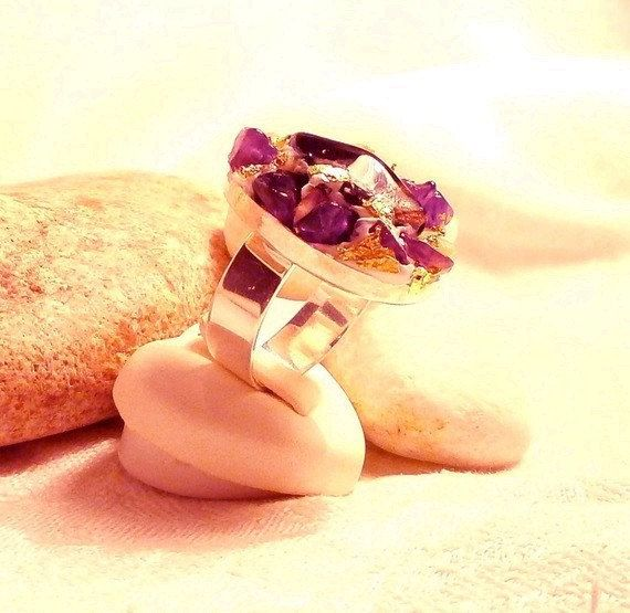 Modern oval ring in silvery purple brown brass  par DivaDivineStyle