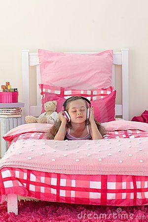 Musique de écoute de petite fille avec des écouteurs