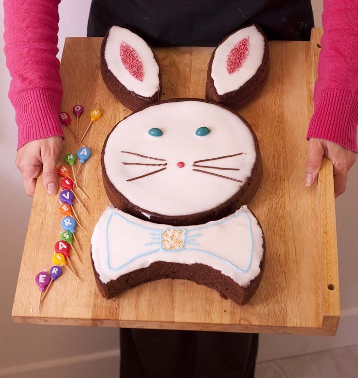 Pour ce gâteau de Pâques en forme de lapin, j'ai simplifié ma meilleure recette de gâteau au chocolat en la cuisinant sans battre les blancs en neige. Le décor est très simple : fondant pâtissier, stylo de glaçage, petits sucres colorés... Le gros avantage de ce gâteau : aucune perte pendant la découpe, tous les morceaux sont réutilisés. Une déco faite par mon assistante Barbara !