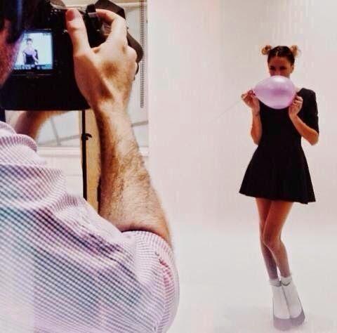 Backstage z sesji zdjęciowej Martiny Tini Stoessel dla L'Oreal Paris