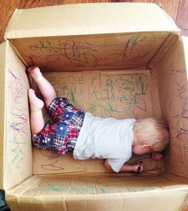 Offrez-vous un peu de temps sur le canapé en laissant votre enfant s'exprimer artistiquement dans un carton. | 25 astuces géniales que tous les parents paresseux doivent connaître
