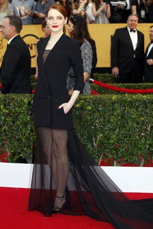 エマ・ストーン メンズライクなタキシードドレスで意外性をアピール。