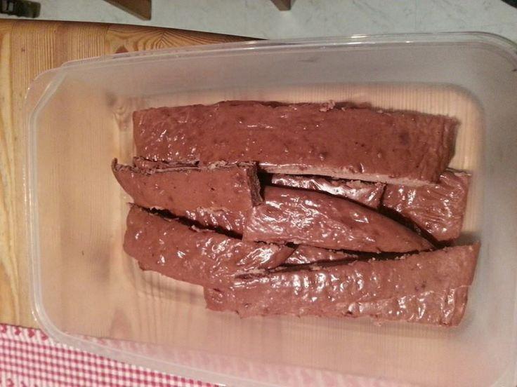 Proteinriegel, low carb  Zutaten: 5-6 Eiklar Quark 500g 100g Whey Eiweiß Schoko Speisestärke 20g (Mondamin) Leinsamen 30g  Zusatz für den Geschmack: gehackte Mandeln Haselnüsse Sojaflocken ( viel Eiweiß) etc auf was ihr Lust habt  Alles in eine Schüssel verühren dann auf dem Backblech verteilen 20min in den Backofen. (180') Wenn sie fertig sind, schneiden und sie sehen aus wie Eiweißriegel.  Sind super für die Arbeit und Schule Viel Erfolg
