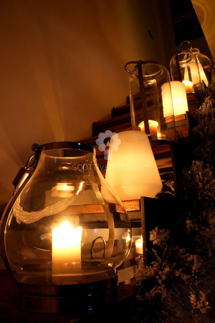 Una calda atmosfera realizzata con lanterne in acciaio e cera