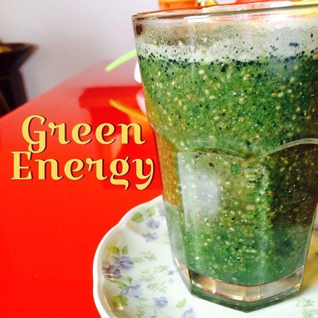 Jugo verde para empezar el día.El de hoy tiene: espinaca+perejil+menta+hierbabu