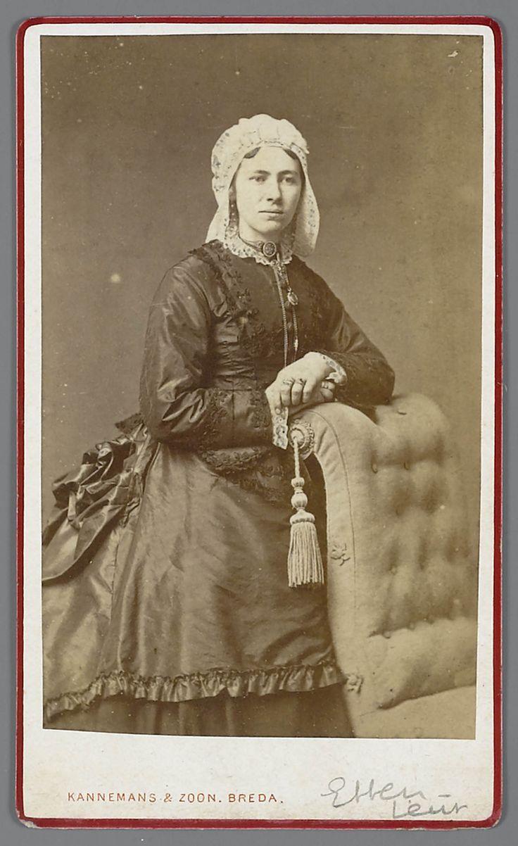 Vrouw in modejapon uit Etten-Leur.#NoordBrabant #Breda. Zij draagt een tournure onder haar japon. Was vast een rijke vrouw om zich zo te kunnen kleden. Op haar hoofd een dubbele muts met zijden strik, de voorloper van de kroon. Jaren 80 19e eeuw.