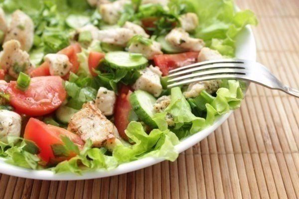 http://goodfood24.biz/chicken-salad-and-fresh-vegetables-is-a-great-and-quick-dinner/