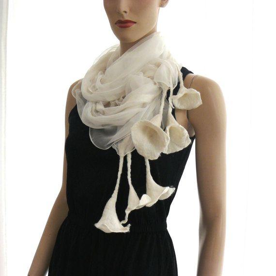 Long Nuno felted scharf. This lightweight summer scarves. White, fresh and elegant. The fine merino wool and silk hand-made, Nuno-technik. Hand