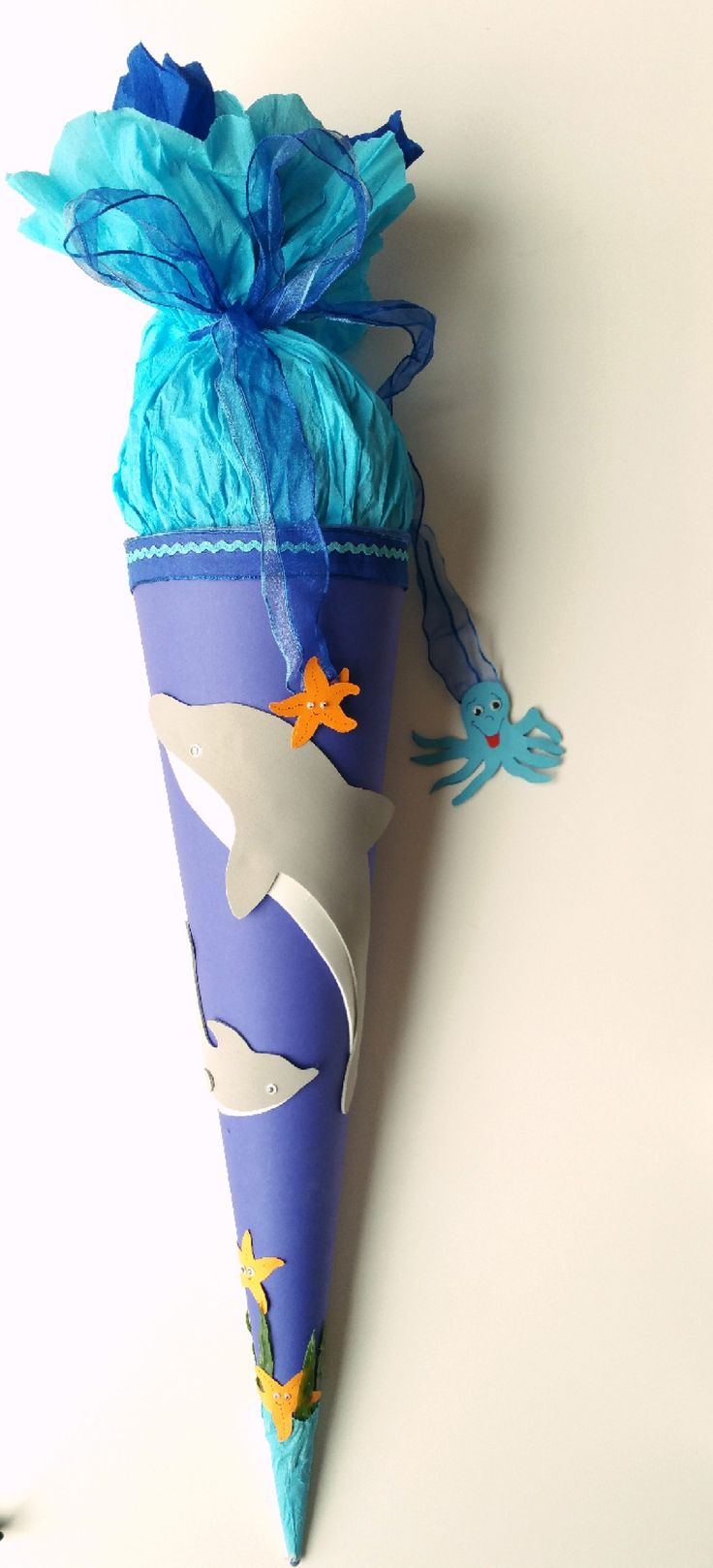 Delfin-Schultüte basteln zur Einschulung, ausführliche Anleitung zum Basteln der Schultüte. Delfin-Schultüte zum Schulanfang selber basteln mit Vorlagen.