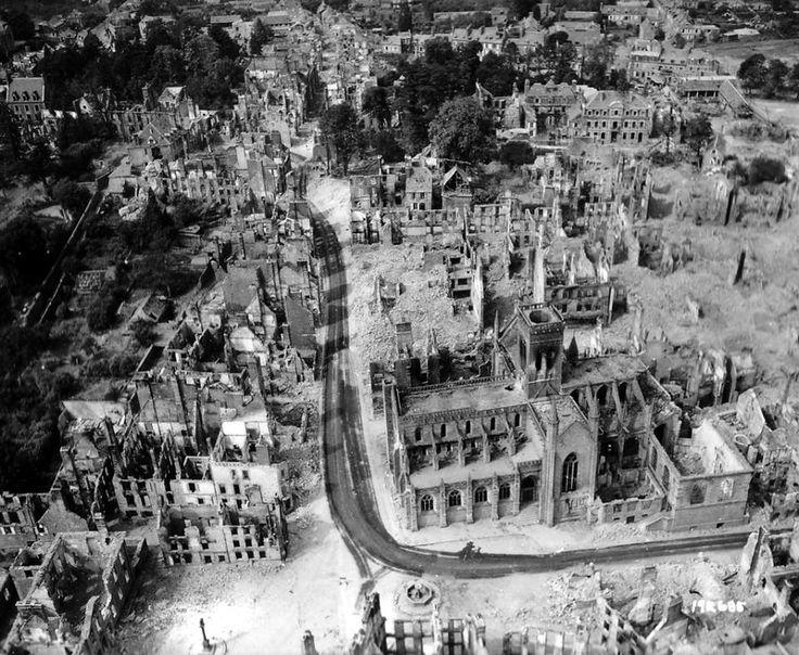 Vue aérienne de la ville de Vire après les bombardements des 6 et 7 juin 1944, l'église Notre Dame est le seul édifice debout au milieu des immeubles en ruines.