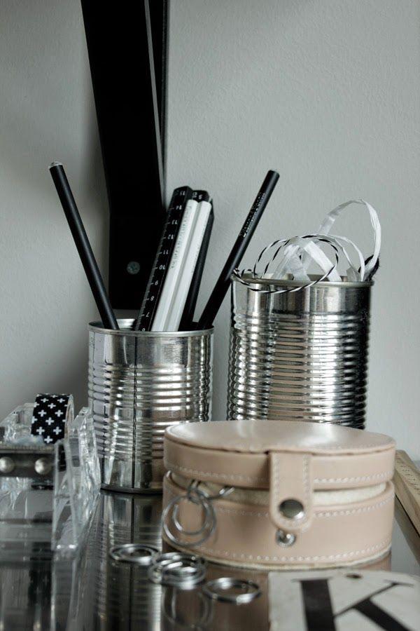 på skrivbordet, office, arbetsrum, work space, konservburkar, burk, detaljer i arbetsrummet, tejphållare, hårdplast, gem, skrivbord, rostfri arbetsbänk, pennor, svarta och vita pennor, blyerts, details, inspiration, inredning, inspo, diy