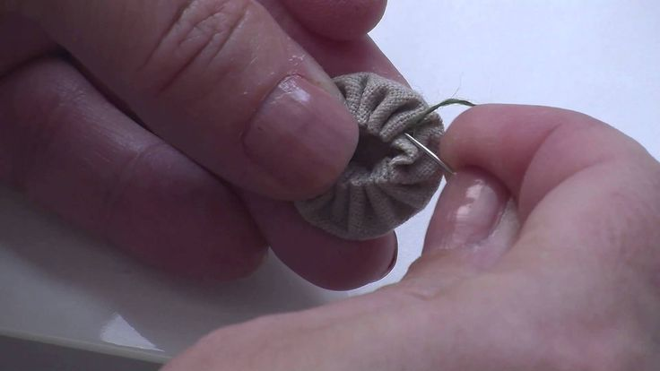 Apprendre à réaliser un yo-yo en broderie avec les explications de Marie Suarez.