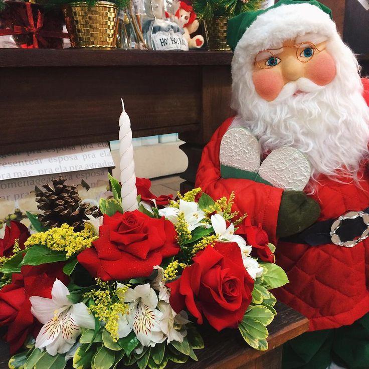 Nós vamos dar uma dica para você deixar a mesa da ceia muuuito mais bonita nesse natal 😉 No nosso site você encontra esse arranjo de rosas colombianas, astromélias brancas, pinhas e folhagens que com certeza deixará todos de boca aberta 😍. Passa lá para conferir essa opção e muitas outras (LinkNaBio)