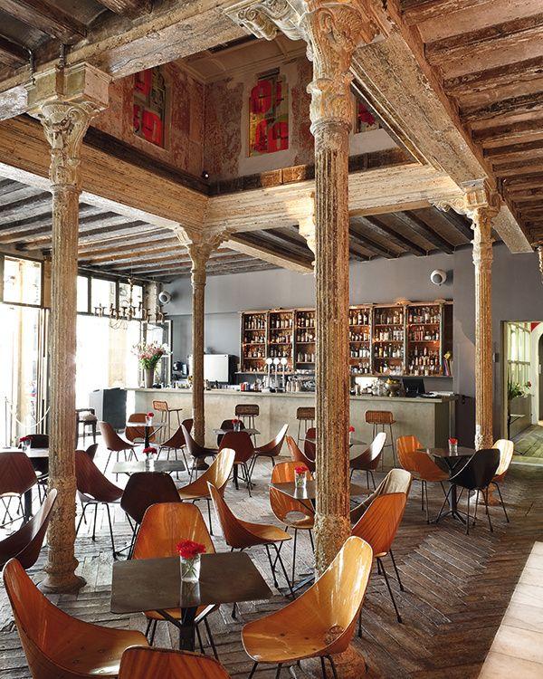 Ocaña: Imprenta gourmet Hace unos meses esta antigua imprenta, en un edificio del XVII de Las Ramblas, se convirtió en Ocaña, un concurrido bar de tapas donde disfrutar con los amigos entre muebles de los 50. En los últimos tiempos ha incorporado un restaurante a la carta y una galería de arte contemporáneo internacional. Barcelona: Plaça Reial, 13-15.