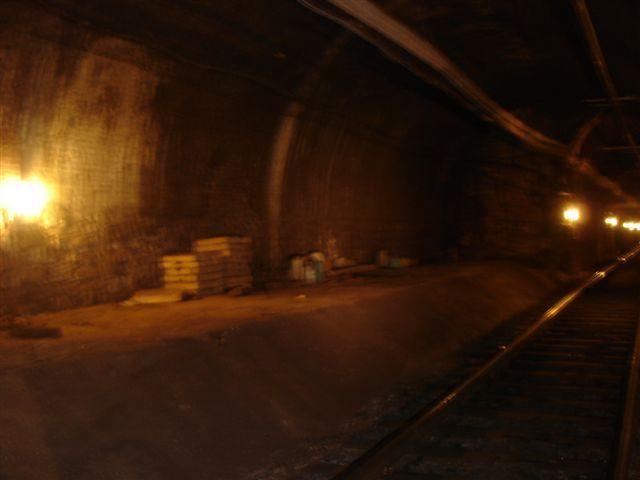LINEA 4 Metro estación Banc : Situada bajo la sede de Caixa Catalunya, en la plaza de Antoni Maura. La leyenda urbana dice que en esta estación se subía en horario de cierre del metro, el dinero al Banco de España ya recaudado desde las diversas sucursales bancarias de la zona, ya que las escaleras del anden conectaban directamente con la camara acorazada del Banco. Fue construida aprovechando los pasos subterraneos del año 1913 que discurrían bajo la actual Vía Laietana.