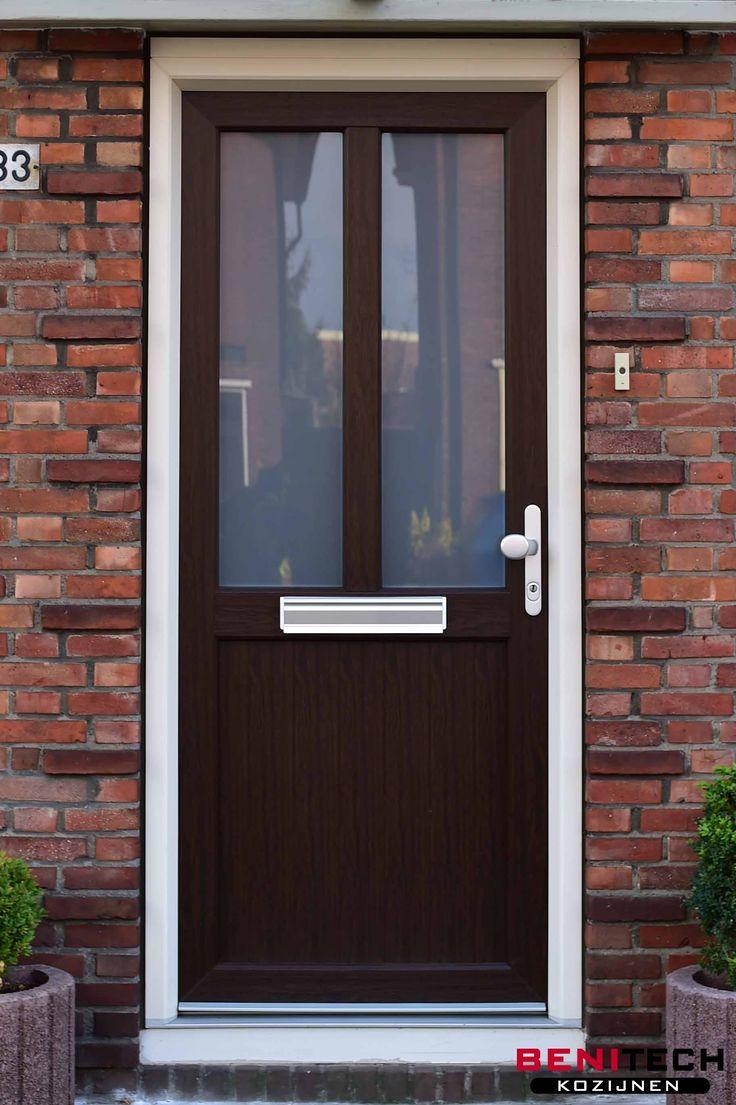 Een bruine kunststof voordeur met een prachtige houtlook geplaatst door Benitech Kozijnen