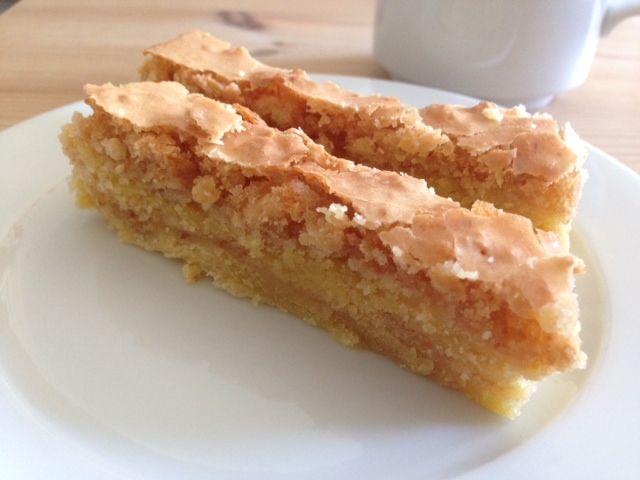 Tvebakkekage - endnu en simpel, men god gammel opskrift med få ingredienser. Den bliver bagt i lag med en lækker sprød overflade... MUMS den er god :-)