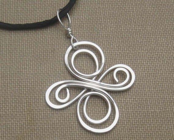 Inspiré par les nœuds celtiques nous martelé et tourbillonnait 18 fil d'argent pour faire ce Collier Pendentif Croix unique. Il est léger, fin et délicat.  La Croix mesure environ 1(2,6 cm) de large et 1-1-1/4 (2,6 à 3,2 cm) de long. La bélière en argent sterling ajoute environ 1/2 à la longueur totale.  Le pendentif est livré avec un cordon de satin noir simple 30(78cm) qui peut être lié à nimporte quelle longueur. Si vous préférez un cordon ou une chaîne avec un fermoir, consultez la…