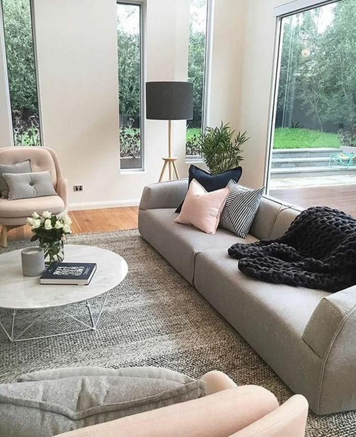 deco salon moderne, sofa gris, coussins déco en rose et gris ...
