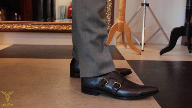 Tailors Trick: Schuin afgesneden broekspijpen zorgen voor een correct silhouet.  Het kleermakersvak bestaat uit weten wat je moet doen om je klant een look en feel te geven waardoor deze zich goed voelt en dit uitstraalt. Vaak zie je dat broekspijpen te lang zijn waardoor een ophoping van stof op de wreef van de schoen ontstaat. Niet erg fraai en makkelijk op te lossen. Laat je pijp schuin snijden en het euvel is verholpen. Dat is dus echt #Bespoke #Tailoring in #Amsterdam.