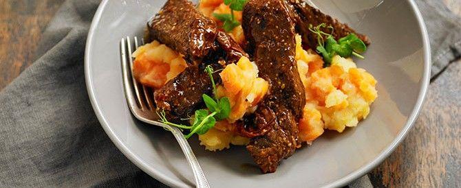 Hoofdgerecht 6-8 personen Bereidingstijd: 20-30 min + 2 1/2 uur stoven in de oven  Bereidingswijze: Vet de bodem van een braadslede of een ovenvaste braadpan in met 1 eetlepel boter. Snijd de Ierse runderlappen in stukken van 5 cm en wrijf ze in met zout en versgemalen zwarte peper.