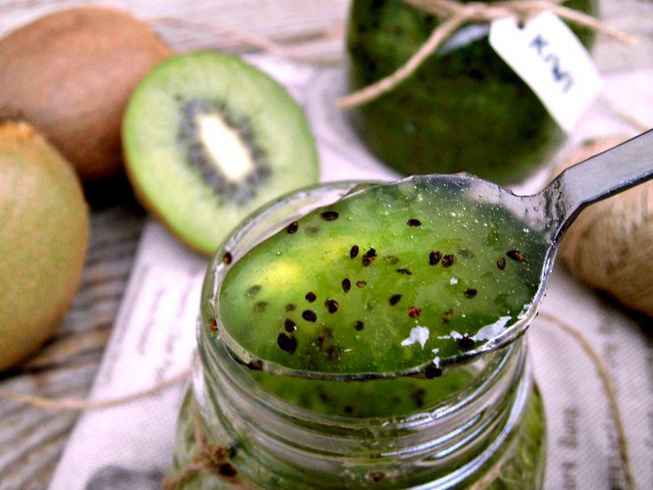La marmellata di kiwi è una vera prelibatezza, prepararla in casa è molto semplice, occorrono solo frutti maturi, zucchero e limone .