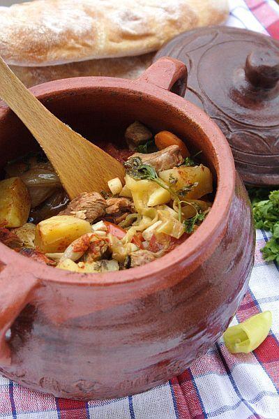Bosnian Pot (original recipe) 300 g beef 300 g lamb 2 carrots 2 parsley (roots + leaves) 1/2 of cabbage 2-3 green peppers 8 small potatoes 2-3 onions 2 very hot green peppers 1 head garlic black peppercorns wine vinegar 2-3 tomatoes 100 g okra hot paprika salt