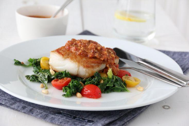Dagens torsk hviler på en seng av sunn, fargerik og smaksrik grønnkål, og toppes av en deilig rød pesto. Dette er kjapp og god hverdagsmat, som du gjerne kan invitere gjester på.