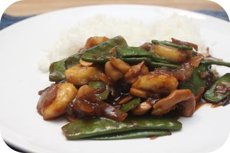 Op dit eetdagboek kookblog : Rijst met Kipfilet, Peultjes en Banaan - Ingrediënten: rijst, 1 ui, 1 kipfilet, 200 gram peultjes, 250 gram champignons, 3 eetlepels ketjap manis, 2 eetlepels sesamolie, 100 ml water, 1 eetlepel m